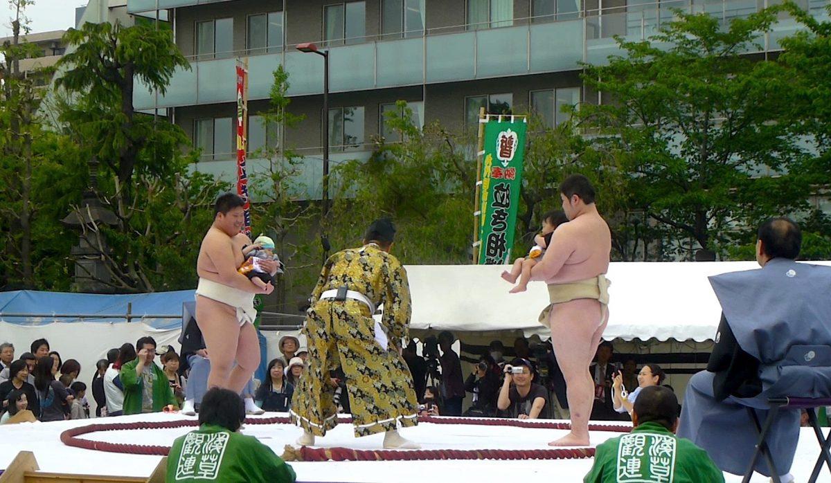 Japán sok furcsa fesztivál otthona, az egyik a Konaki Sumo.