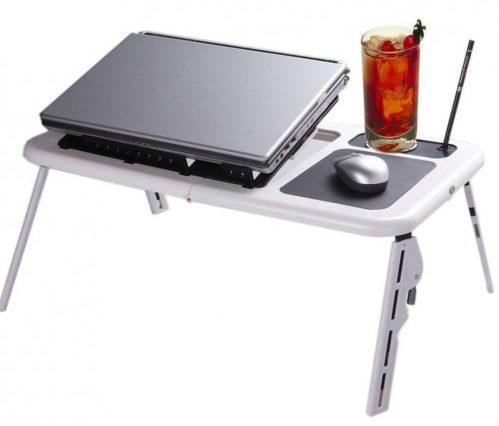 A laptop asztal kitűnő karácsonyi ajándék kockáknak, akik az egeret akkor is használni akarják, ha nincs asztal előttük.