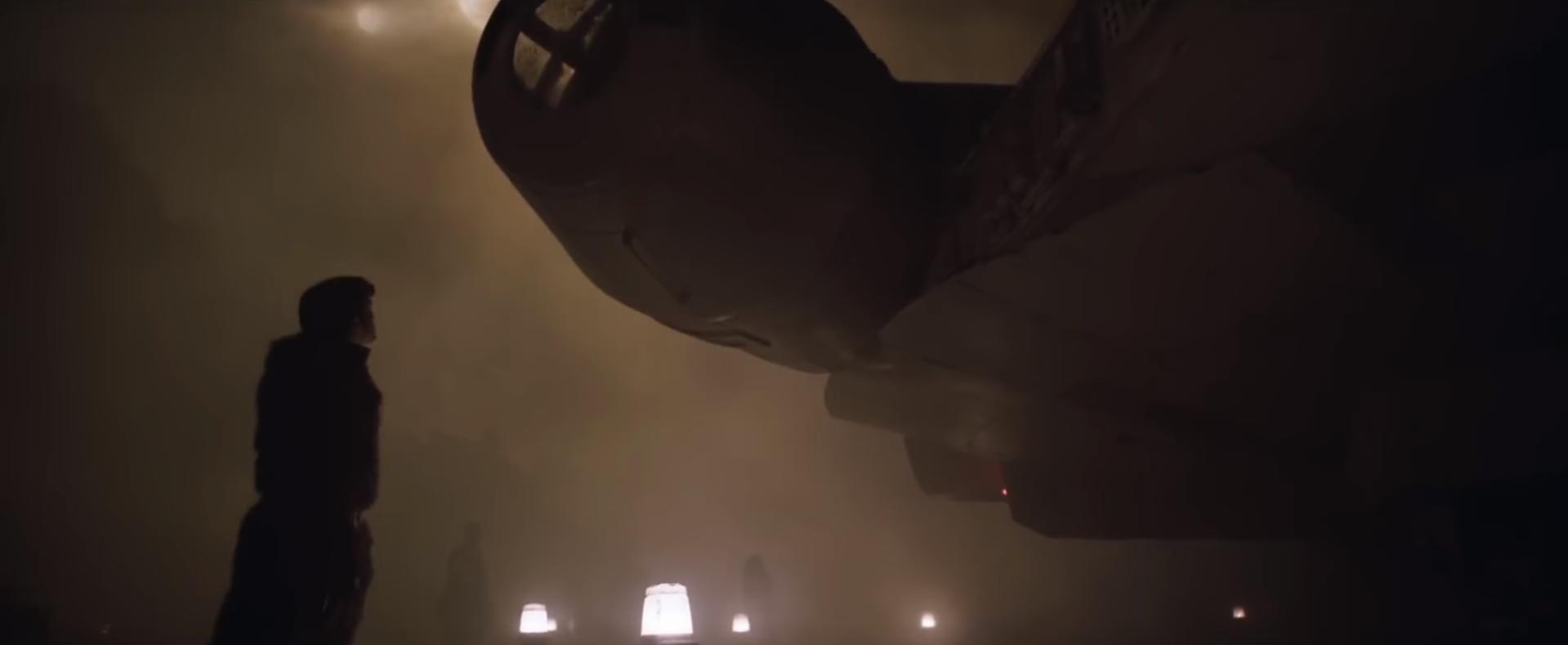 Han Solo csodálja leendő vagy új hajóját.