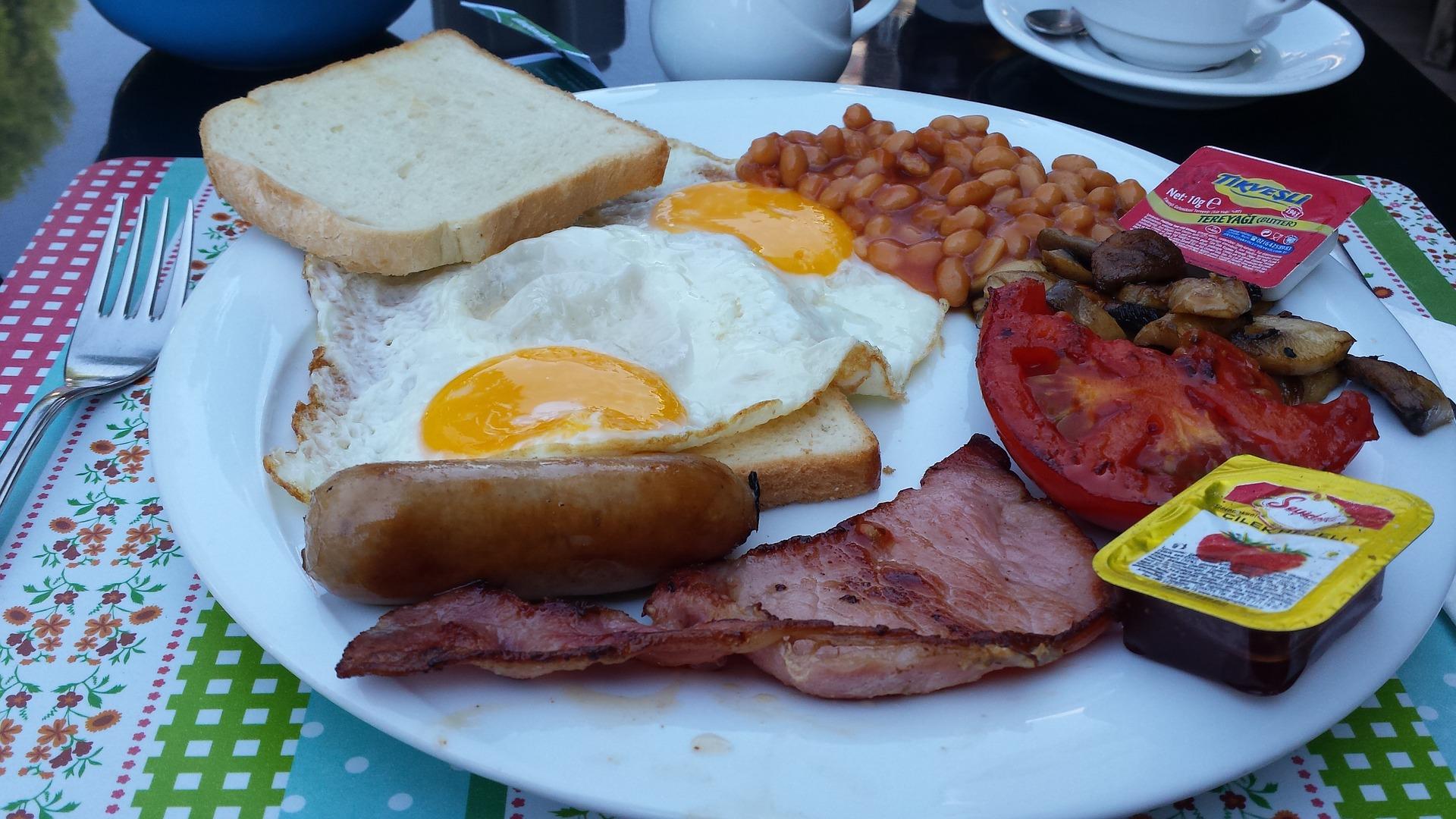 Kalória és nehéz falatok - így gyógyulnak a másnaposságból az angolok.
