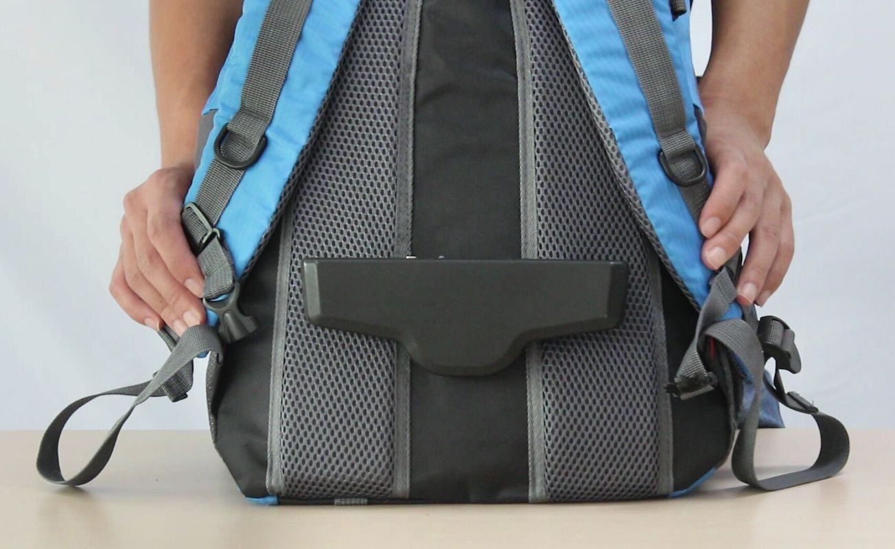 A táskára szerelhető ventilátorral vége az izzadt hátaknak.